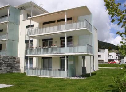 Ferienwohnung in Davos Balkon Wohngarten Sommer